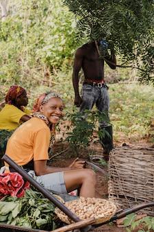 Pracownik wsi uśmiecha się na zewnątrz