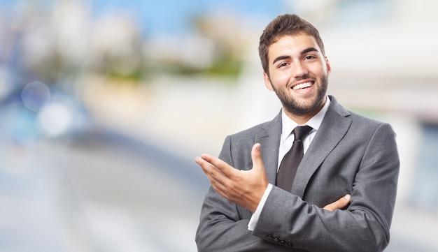 Pracownik wskazując lewą ręką