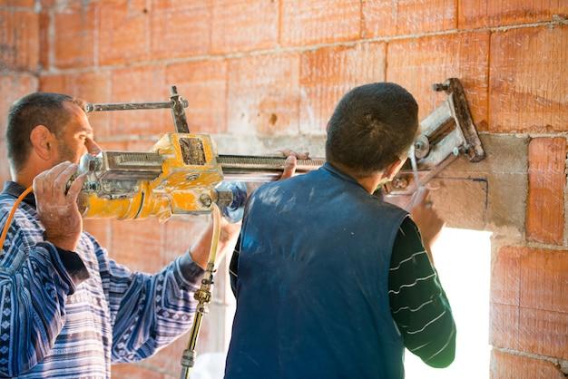 Pracownik wyburzyć ścianę w domu