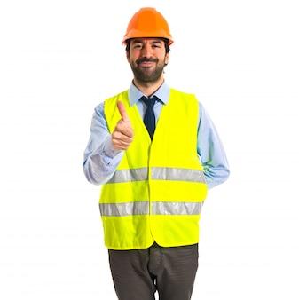Pracownik z kciukiem do góry