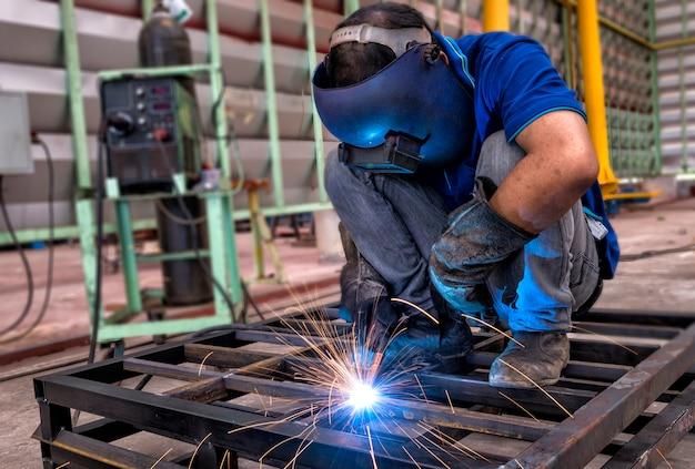 Pracownik z maski ochronne spawania metalu