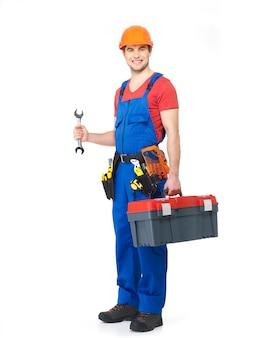 Pracownik z narzędziami pełny portret na białym tle