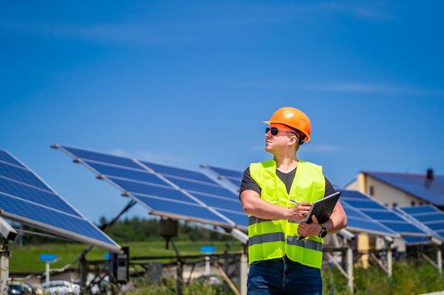 Pracownik zielonej energii przeprowadza wizytację na miejscu w nowej bazie energetycznej.