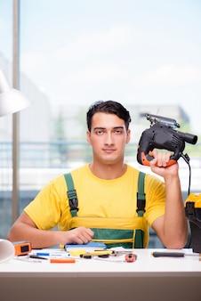 Pracownika budowlanego obsiadanie przy biurkiem