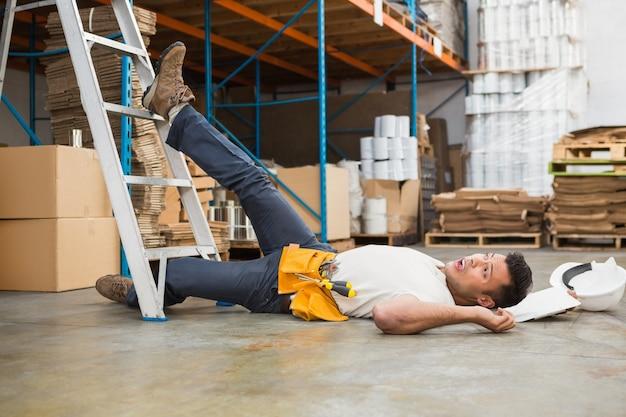 Pracownika lying on the beach na podłoga w magazynie