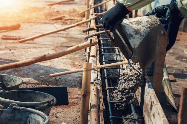 Pracownika mieszać nalewa budowa cement na podłoga dla budować dom
