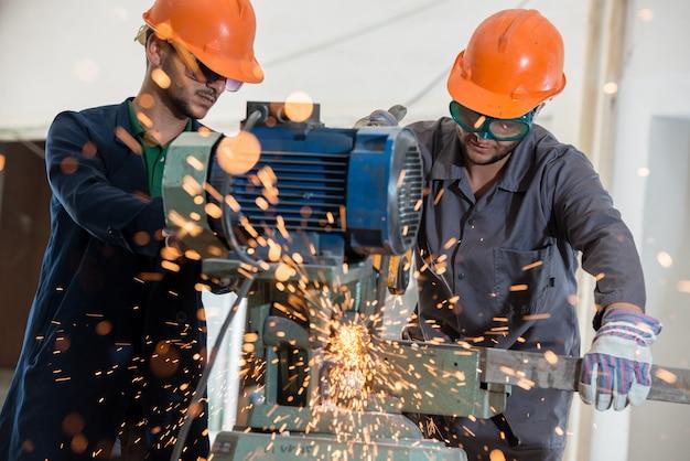 Pracownika spaw w przemysłowym tle przy fabryką