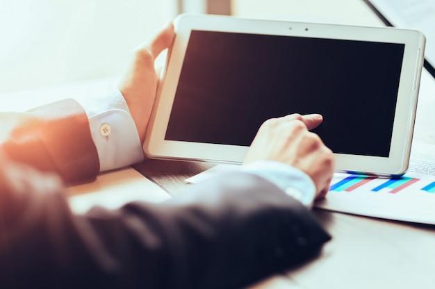 Pracuj przedsiębiorca z tabletem na panelu dotykowym