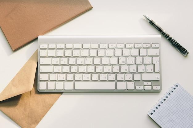 Pracuj w domu, klawiatura i naklejka. telepraca