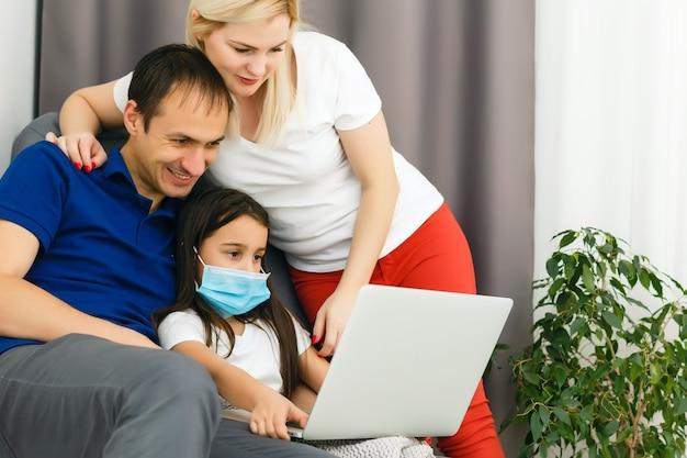 Pracuj w domu lub zostań w domu przed kryzysem pandemicznym koronawirusa covid-19. styl życia szczęśliwy rodzinny czas w domu z laptopem. kwarantanna.