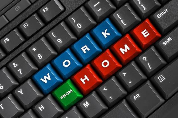 Pracuj w domu słowo na czarnej klawiaturze, używając komputera online w biurze domowym
