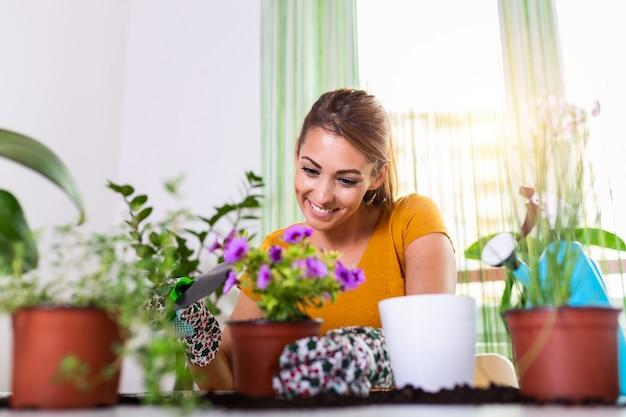 Pracuj w ogrodzie, sadząc doniczki. kobieta ogrodnictwo w doniczkach.