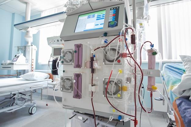 Pracująca maszyna do hemodiafiltracji na oddziale intensywnej terapii. pacjent z niewydolnością nerek