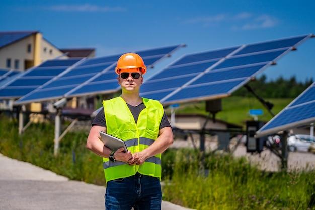 Pracująca państwowa kadra inżynieryjno-techniczna w nowej bazie energetycznej. panele słoneczne.