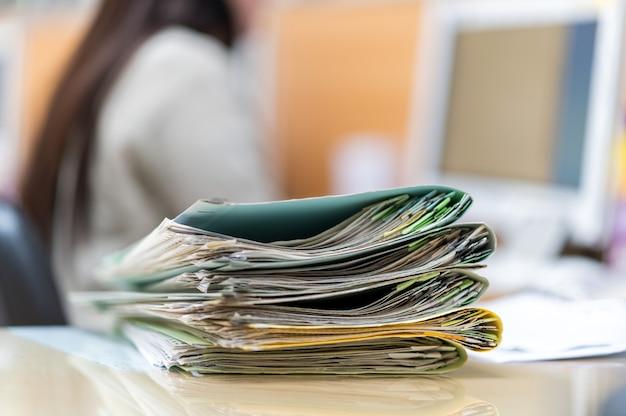 Pracujące kobiety szukające plików na swoich biurkach