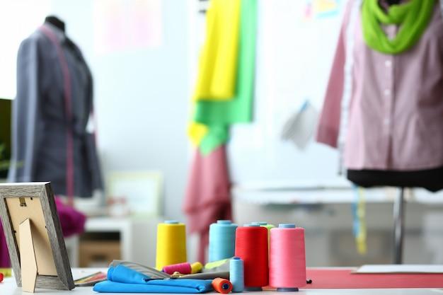 Pracujące studio mody. kreatywne projektowanie ubrań