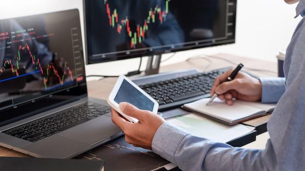 Pracujący biznesmen, zespół brokera lub handlowcy rozmawiający o rynku forex