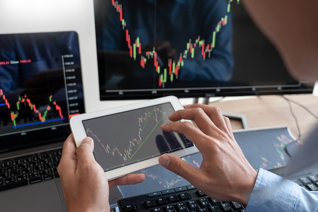 Pracujący biznesmen, zespół brokerów lub handlowców rozmawiających o rynku forex na wielu ekranach komputerów