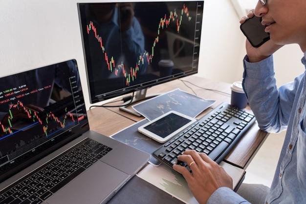 Pracujący biznesmen, zespół maklera lub handlowcy rozmawiający o giełdzie