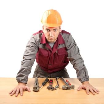 Pracujący człowiek z narzędziami