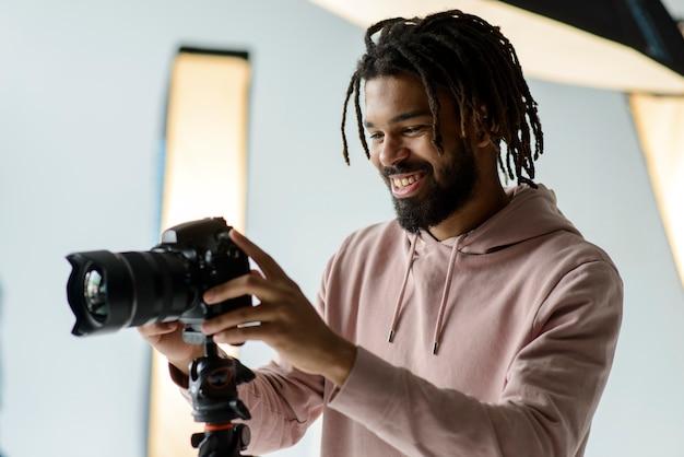 Pracujący fotograf uśmiechnięty