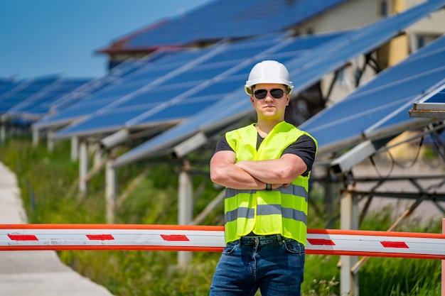Pracujący inżynier stanu lub pracownik techniczny w nowej bazie energetycznej. panele słoneczne.