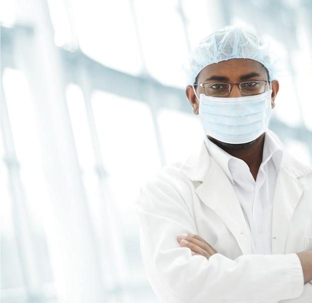 Pracujący ludzie z białymi mundurami w nowoczesnym obiekcie