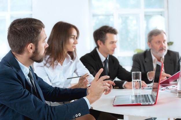 Pracujący razem ludzie biznesu
