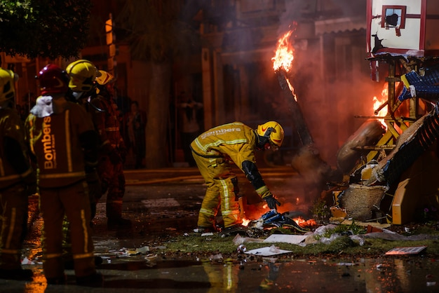 Pracujący strażacy na tradycyjnym festiwalu w hiszpanii