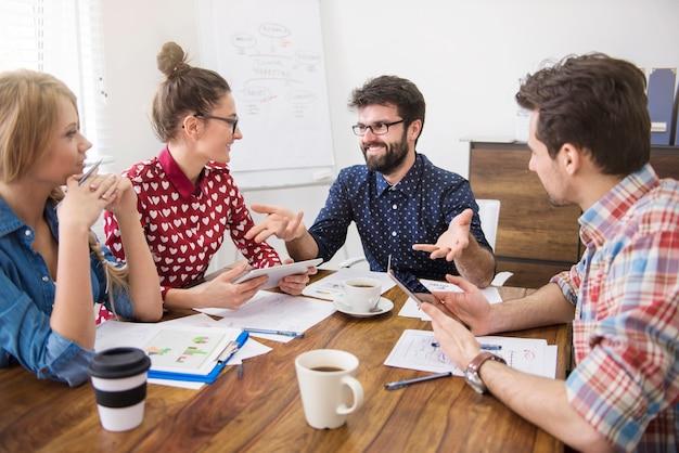 Pracujący zespół współpracowników. koncepcja burzy mózgów