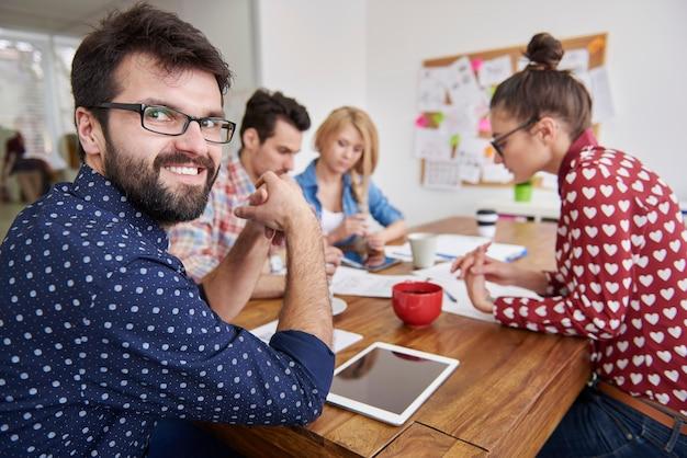Pracujący zespół współpracowników. koncepcja menedżera