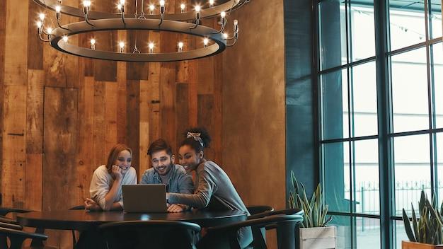 Pracujcie razem dla sukcesu, współpracownicy jedzą lunch w nowoczesnej kawiarni