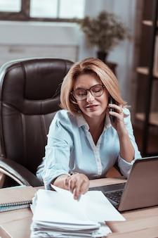 Pracuję cały dzień. odnoszący sukcesy bogaty prawnik noszący okulary czuje się zajęty podczas pracy przez cały dzień