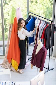 Pracuje właściciel projektanta mody