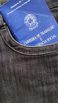 Pracy brazylijski portfel w kieszeni dżinsów.