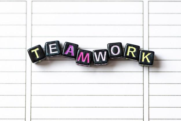 Pracy zespołowej słowo od bloków na czystym strona notatnika zakończeniu up.