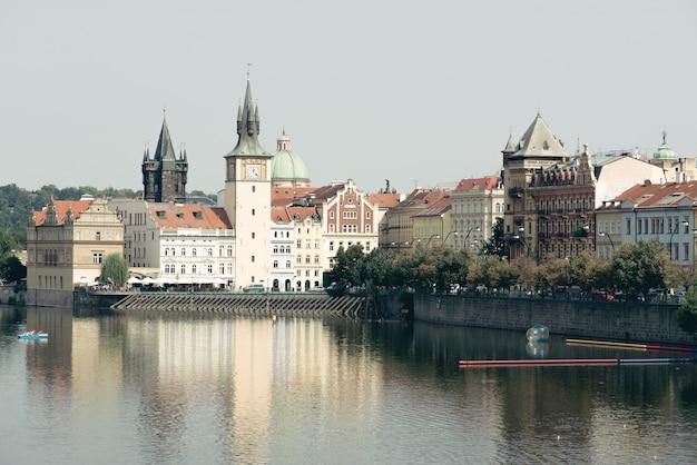 Praga góruje i wełtawa na słonecznym dniu. republika czeska