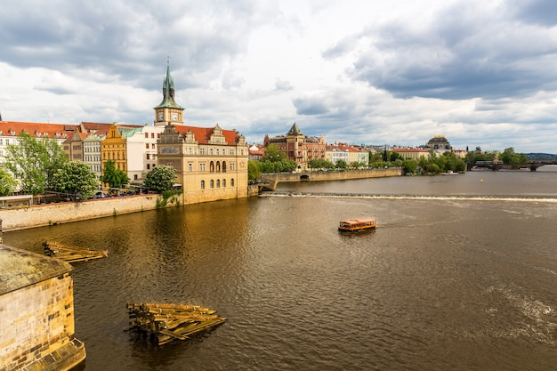 Praga gród z rzeką, republika czeska. europejskie miasto ze starodawną architekturą, znanym miejscem podróży i turystyki