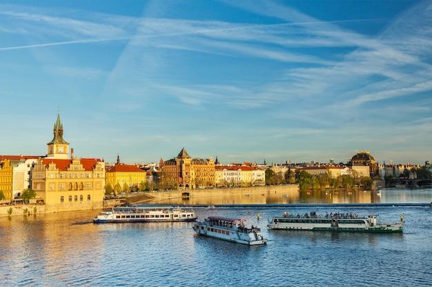 Praga widok na nabrzeże stare mesto z mostu karola