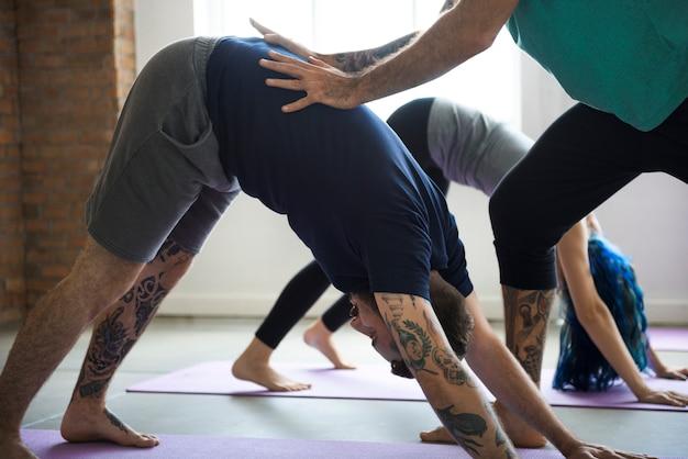 Praktyka jogi ćwiczenia koncepcja klasy