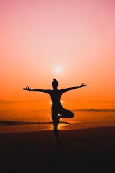Praktyka jogi tło morze