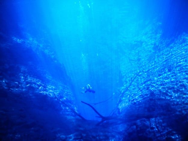 Praktykuje nurkowanie i snorkeling tajemnicza laguna piękna laguna z przezroczystą turkusową wodą