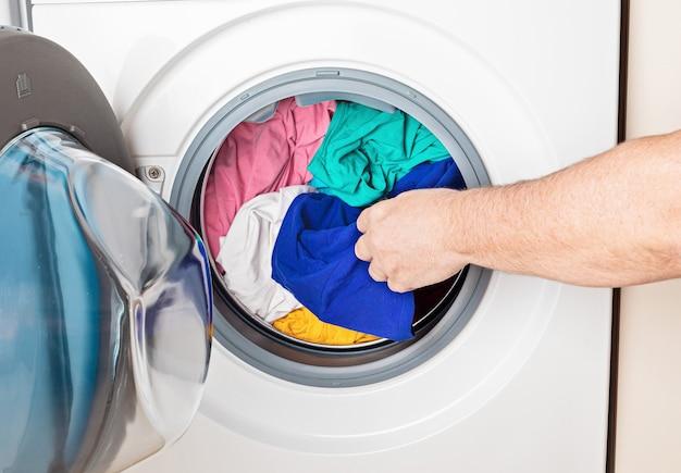Pralka lub suszarka załadowana z praniem. mycie, wiosenne porządki