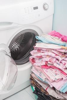 Pralka. pranie ubrań.