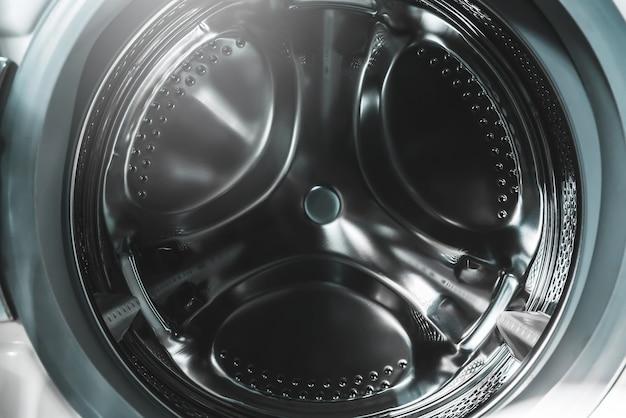 Pralka z widokiem na pralnię samoobsługową