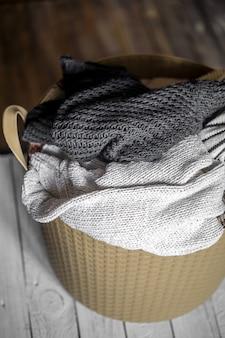 Pranie, ciepłe ubrania w koszu