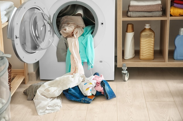 Pranie i pralka w pomieszczeniu