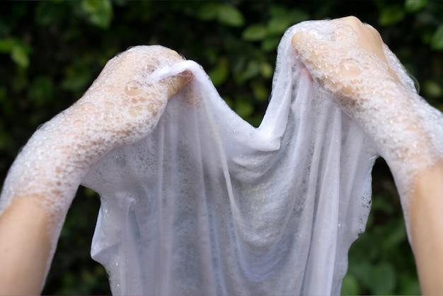 Pranie ręczne i usuwanie plam na białych ubraniach.