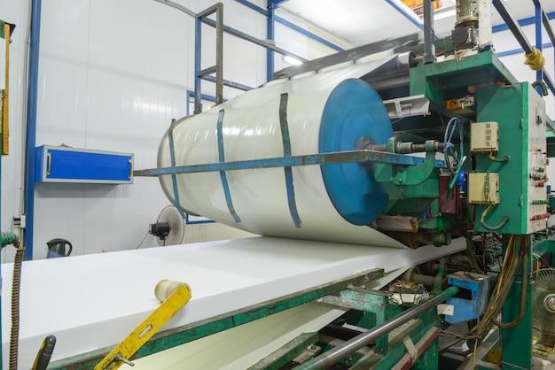 Prasa maszyny do klejenia panelu. zakład do produkcji płyt warstwowych ze styropianu