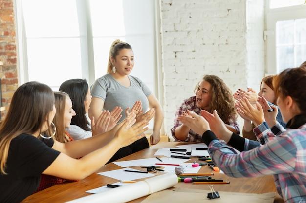 Prawa kobiet i równouprawnienie w biurze kaukaskie kobiety biznesu lub młoda pewna siebie